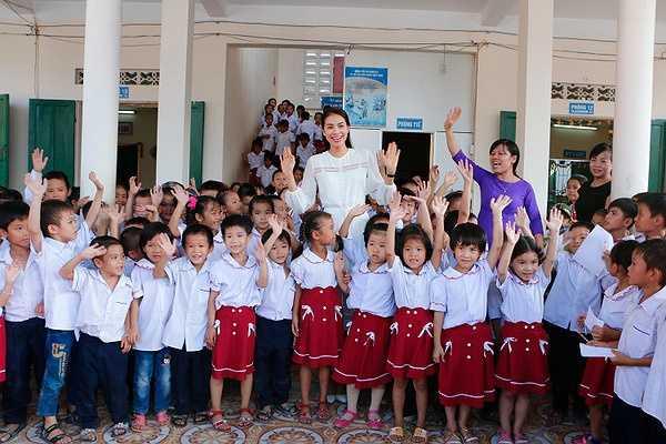 Chuyến thăm của Phạm Hương trở thành một sự kiện đặc biệt tại trường