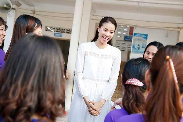 Hàng trăm em học sinh quây quanh hoa hậu khiến Phạm Hương rất xúc động