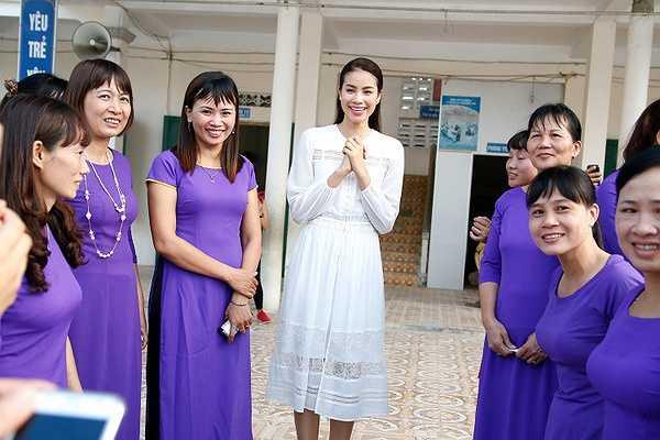 Ngoài những phần quà dành cho các bạn học sinh, Phạm Hương còn mang một lẵng hoa tri ân thầy cô đã từng dạy cô suốt những năm cấp 1.