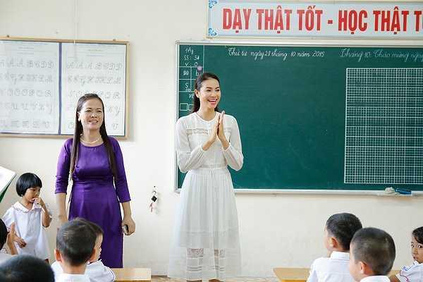 Phát biểu tại chuyến thăm, Phạm Hương không giấu được những giọt nước mắt xúc động  bày tỏ cảm xúc quá bất ngờ trước sự yêu quý của mọi người tại trường