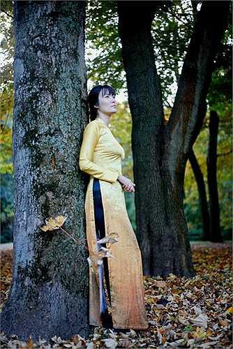 Trong khung cảnh ấy, những chiếc áo dài Việt Nam trở nên đặc biệt mềm mại, vừa nổi bật vừa lẫn vào với những hỗn hợp màu xanh-đỏ-vàng, vừa tiết lộ khả năng hoà hợp với mọi cảnh sắc vừa thể hiện một bản sắc không dễ bị trộn lẫn.