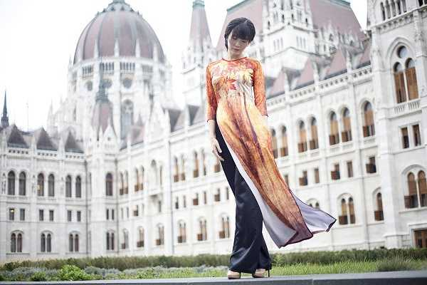 'Tôi rất hạnh phúc khi được Hoa hậu Thu Thủy lựa chọn bộ sưu tập áo dài mới nhất của mình lấy chủ đề về mùa thu để mang trong chuyến công tác dài ngày lần này của cô ấy. Với chất liệu vải lụa, những bộ áo dài được thiết kế theo nhiều mẫu từ truyền thống cho đến hiện đại' - NTK Anh Thư cho biết.