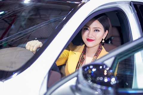 Bộ ảnh được thực hiện bởi stylist Nguyễn Thiện Khiêm, trang điểm Trí Trần và nhiếp ảnh gia Mr AT.