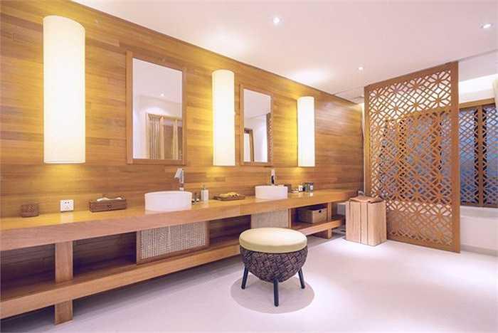 Phòng tắm rộng rãi, sang trọng và phong cách của Quang Dũng.