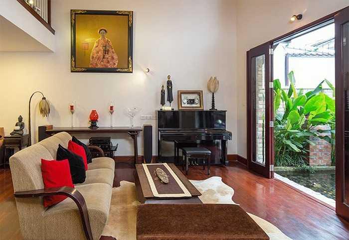 Phòng khách trong ngôi nhà của ca sĩ Quang Dũng được bố trí lại với hướng nhìn ra hồ cảnh đem đến cảm giác thoáng mát, nhẹ nhàng.