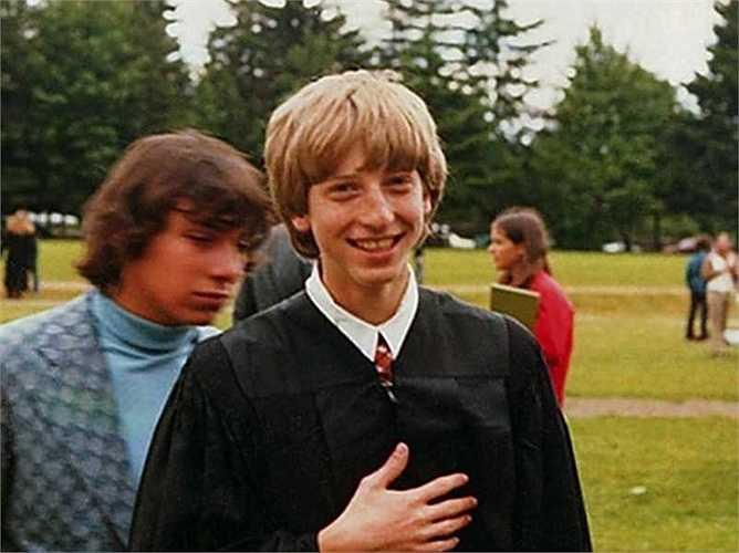 Cha mẹ ông đưa đến học tại trường trung học Lakeside, nơi mà người đồng sáng lập Microsoft là Paul Allen cũng từng theo học. Cho đến này, Bill Gates vẫn thừa nhận rằng nhờ những ngày tháng trung học ở đây mà ông đã có được niềm đam mê với lập trình máy tính