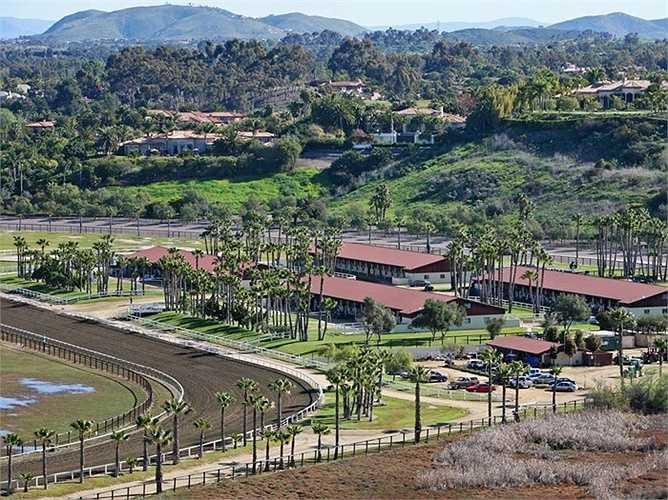 Còn đây là miếng đấy rộng lớn giá 18 triệu USD của họ ở Rancho Santa Fe, California, Mỹ