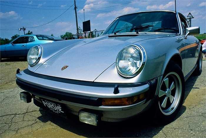 Bộ sưu tập xe của tỷ phú người Mỹ cũng kéo dài hàng kilomet với những cái tên đình đám như: Porsche 930 Turbo,  Mercedes,  Jaguar XJ6,  Carrera Cabriolet 964, Ferrari 348 ...