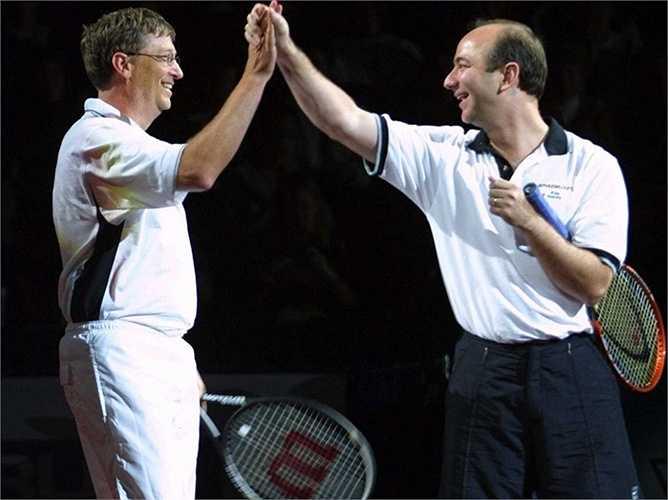 Bill Gates có một sở thích đặc biệt là chơi tennis. Trong ảnh là lần giao lưu cùng Jeff Bezos