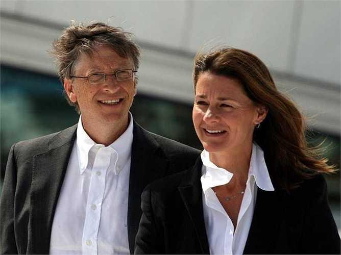 Bill Gates lùi vào hậu trường và dành ghế CEO Microsoft cho người kế nhiệm vào năm 2000. Kể từ đó đến nay, ông chỉ tham gia cố vấn một số hoạt động của tập đoàn. Thời gian còn lại, ông cùng vợ mình là bà Melinda đi khắp thế giới để làm từ thiện.