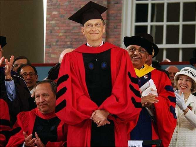 2 năm sau đó, Bill Gates và Paul Allen - những người đầu tiên gây dựng Microsoft bỏ học. Tuy nhiên, đến năm 2007, tỷ phú số một thế giới được trường Đại học Havard trao bằng Tiến sĩ danh dự