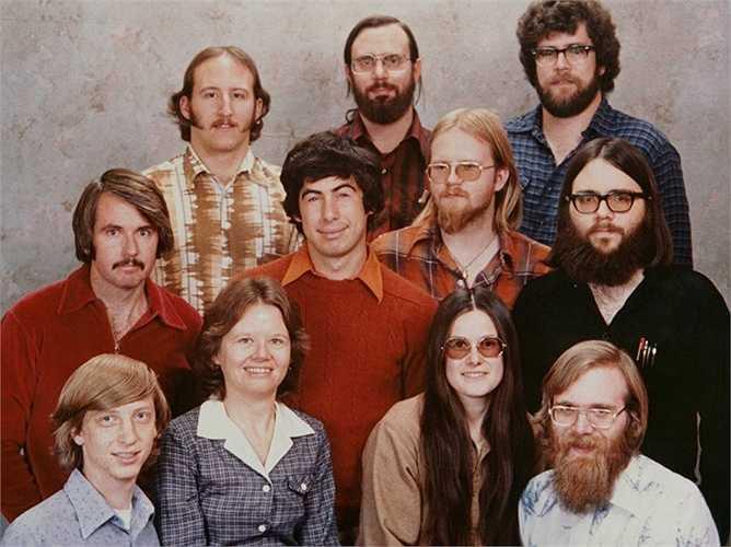 Khi còn học ở trường ĐH Havard, Bill Gates đã viết phần mềm MITS Altair - đặt nền móng cho sự phát triển của Microsoft - trong ảnh là 11 nhân viên đầu tiên của gã khổng lồ công nghệ