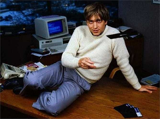 Microsoft cho ra mắt hệ điều hành Windows vào năm 1985 và công bố rộng rãi vào năm 1986. Đến năm 1987, khi chưa tròn 31 tuổi, Bill Gates đã trở thành một tỷ phú