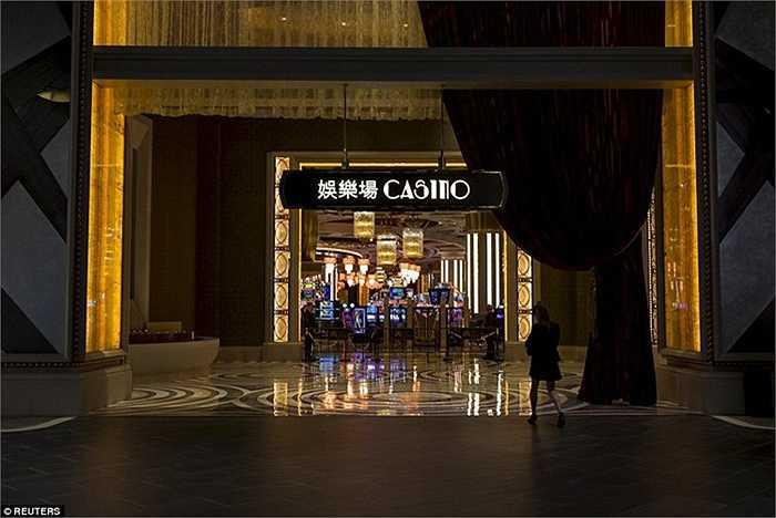 Những hình ảnh tờ Daily Mail công bố cho thấy nội thất cực xa hoa của casino Studio City mới khai trương ở Macau với sàn đá cẩm thạch và hoa văn màu vàng bắt mắt.