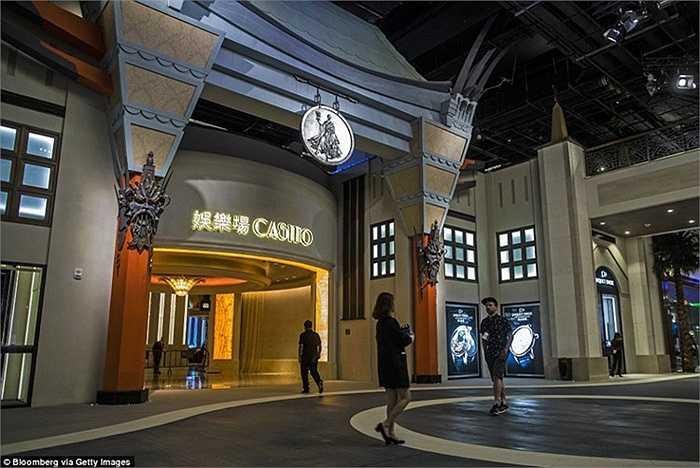 Sự kiện khai trương casino Studio City thu hút đông đảo người dân và du khách, trong đó có cả các khách mời là ca sĩ nổi tiếng như ca sĩ Mariah Carey.
