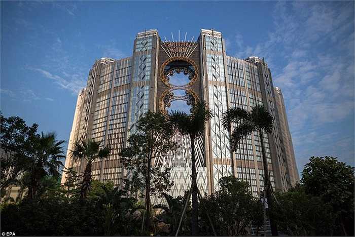 Khu giải trí Studio City trang bị bánh xe đu quay Ferris cao nhất châu Á và là chiếc bánh xe độc nhất trên thế giới với hình dạng số 8.