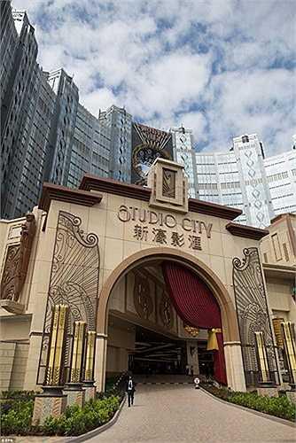 Ngoài khu chơi bài bạc hoành tráng, Studio City có khoảng 1.600 phòng khách sạn, một sân khấu biểu diễn ảo thuật, một trung tâm giải trí với 5.000 chỗ ngồi và một studio sản xuất TV.
