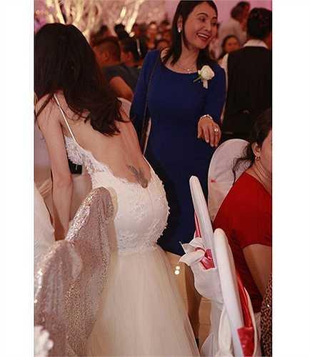 Trong ngày cưới của mình, Thủy Tiên cũng khiến quan khách không thể rời mắt khi mặc bộ váy cưới khoét lưng trần rất sâu, để lộ hình xăm táo bạo.