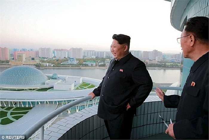 Ông  Kim Jong-Un tươi cười đến tham quan tòa nhà nghiên cứu khoa học được xây dựng trên một hòn đảo ở Bình Nhưỡng