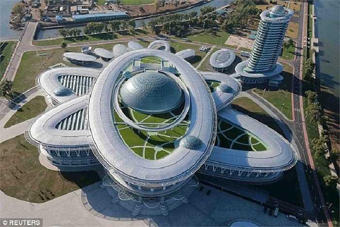 Tòa nhà chính có hình dạng giống như một nguyên tử, cho thấy tham vọng hạt nhân của Triều Tiên