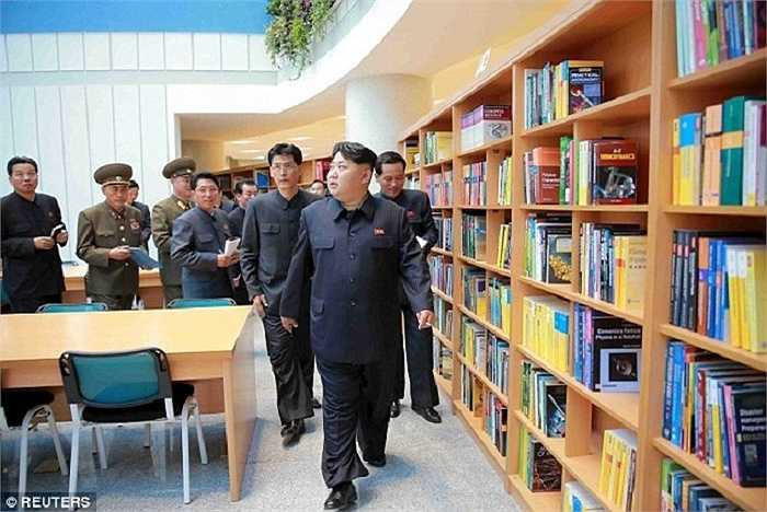 Nhà lãnh đạo Kim thăm quan thư viện bên trong tòa nhà