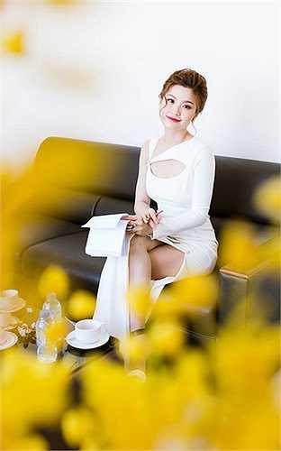 Cô được nhiều quan khách khen ngợi bởi giọng nói nhẹ nhàng, cùng khả năng tiếng Anh trôi chảy, lưu loát.