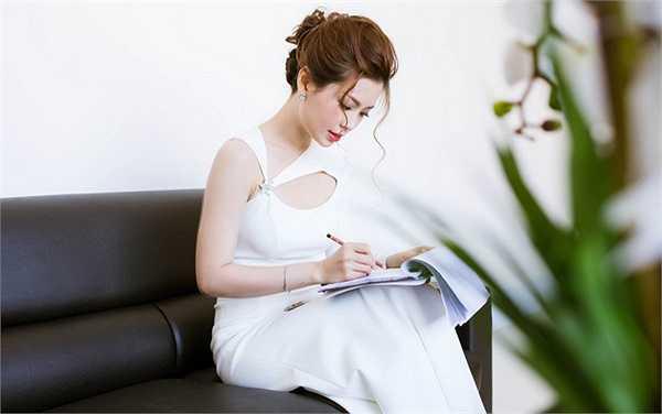 Tại sự kiện, người đẹp gốc Vĩnh Long diện váy trắng được cut out đầy tinh tế của NTK Kim Khanh, Diễm Trang tự tin khoe vóc dáng chuẩn cùng đôi chân thon dài nuột nà.