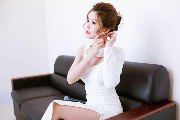 Thời gian gần đây, Diễm Trang được khen ngợi bởi hình ảnh ngày càng lột xác của mình. Cô tự tin khoác lên mình những bộ cánh sexy và không ngại ngần khoe vẻ đẹp đầy thanh tân.