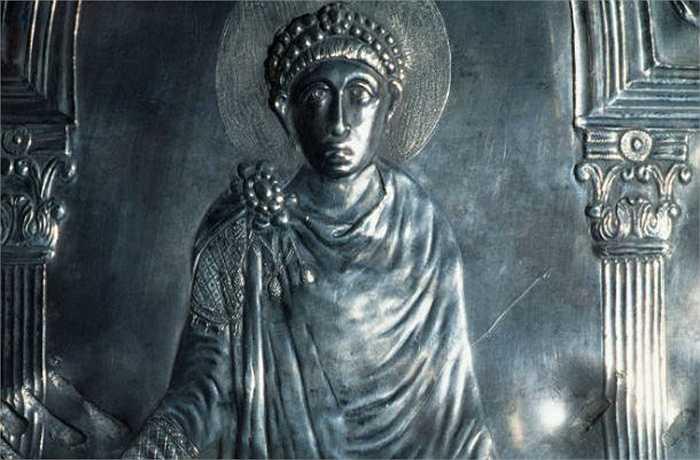 Hoàng đế La mã Theodosius vào năm 350 TCN khẳng định đã chứng kiến một quả cầu bay lơ lửng phát sáng chói lóa trên bầu trời. Một lúc sau quả cầu trên tách thành nhiều mảnh nhỏ rồi biến mất vào không gian. Đây là một trong những trường hợp nổi tiếng nhất về việc nhìn thấy UFO của người ngoài hành tinh.