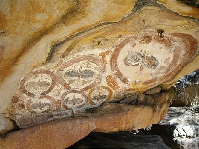 Những phiến đá được tìm thấy ở phía tây bắc Australia có những hình vẽ cổ đại thể hiện sinh vật có đầu to hói, mắt xếch lớn và không có miệng