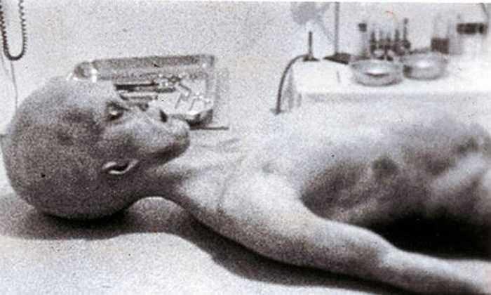 Nhiều giả thuyết cho rằng, năm 1947 đã xảy ra một tai nạn UFO ở Roswell, New Mexico. Thậm chí, nơi đây còn ghi nhận nhiều báo cáo nhìn thấy UFO và người ngoài hành tinh xuất hiện. Roswell trở thành điểm đến của những người đam mê tìm hiểu UFO.
