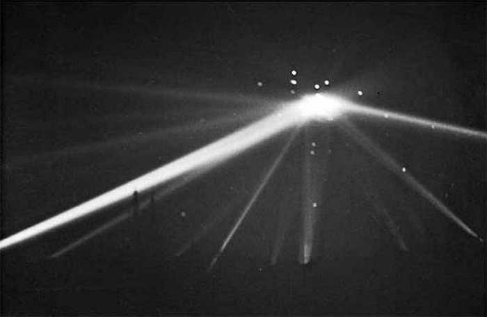 Ngày 24/2/1942, 3 tháng sau khi Mỹ tham gia Chiến tranh thế giới 2, thành phố Los Angeles trở thành mục tiêu của một vụ oanh tạc lớn từ trên không. Một số tài liệu ghi lại có người đã chứng kiến một vật thể bay nghi là UFO bị trúng đạn dược, tên lửa nhưng không hề hấn gì rồi biến mất vào màn đêm.