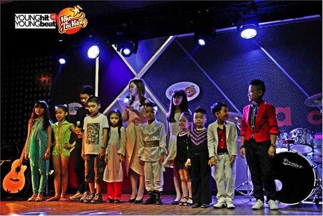 Tối ngày 27/10 vừa qua, 10 bạn nhỏ xuất sắc nhất của Young Hit Young Beat - Nhí Tài Năng lần đầu tiên có cơ hội trình diễn trong đêm nghệ thuật riêng tại một phòng trà ở Hà Nội. Đêm nhạc phòng trà là một trong những hoạt động chính mà các bạn nhỏ sẽ được trải nghiệm khi tham gia Vòng nhà chung của chương trình.