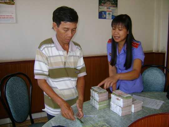Ông Lé nhận tiền bồi thường oan sai vào sáng 30-10