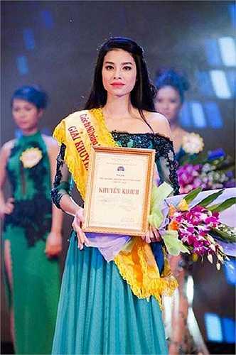 Cuộc thi đầu tiên mà người đẹp này tham gia là Vietnam's Next Top Model 2010 với thành tích lọt đến Top 8. Đây có thể coi là bước khởi đầu cho cô để đến với những đấu trường nhan sắc tiếp theo. Và chỉ 1 năm sau đó, với bản lĩnh được tôi luyện ở ngôi nhà chung VN' Next Top Model, Phạm Hương đã giành quán quân cuộc thi Thần tượng thời trang F-Idol.