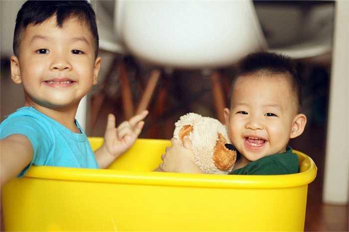Hai nhóc rất dễ thương, kháu khỉnh và lanh lợi.