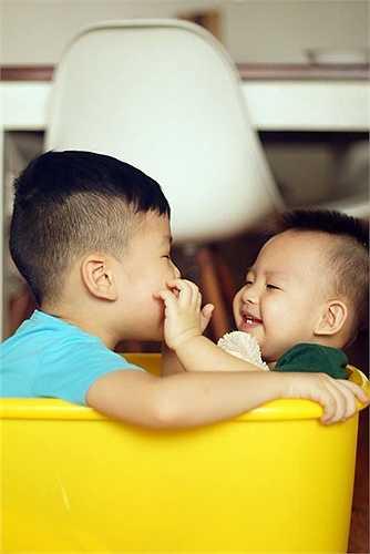 Hai anh em cùng một mẹ mà mỗi đứa một tính một nết. Khải Minh rất tình cảm, biết lắng nghe, hay nhường nhịn, thích giúp đỡ mọi người, nguyên tắc và cẩn thận.