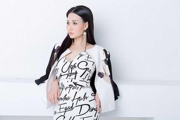 Phong cách tối giản mà năng động, tươi trẻ này giúp người mặc luôn thoải mái, trẻ trung.