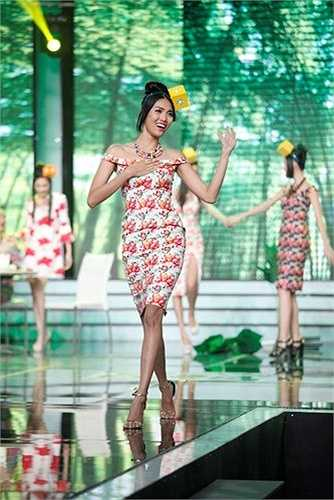 """Một cư dân mạng đến từ Philippines khẳng định: """"Vẻ đẹp của cô ấy đúng là dành cho Miss World"""". Trong khi đó, một người khác đến từ Ấn Độ lại cho rằng Lan Khuê khá giống với Priyanka Chopra, hoa hậu Thế giới 2000."""