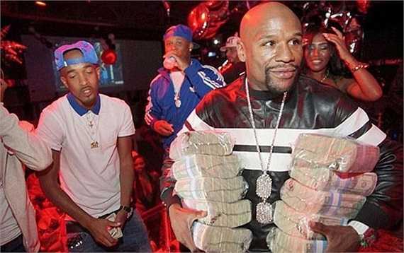 Tối qua, Mayweather xuất hiện ở hộp đêm King of Diamonds với hình ảnh quen thuộc bên những cọc tiền dày cộp