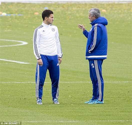 Mourinho từng chê Hazard không biết phòng ngự, dẫn đến việc Chelsea thường xuyên phải nhận bàn thua