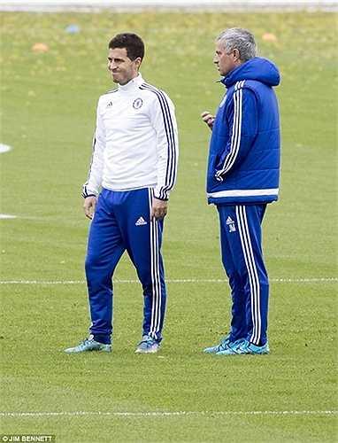 Nét mặt của cả Mourinho lẫn Hazard đều giãn ra, tỏ vẻ thoải mái sau cuộc nói chuyện