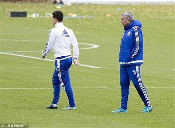 Hazard trong thời gian qua phạm khá nhiều sai lầm. Anh để sổng Zarate khiến Chelsea chịu bàn thua trước West Ham. Anh cũng là người sút hỏng quả 11m trước Stoke ở Captial One Cup