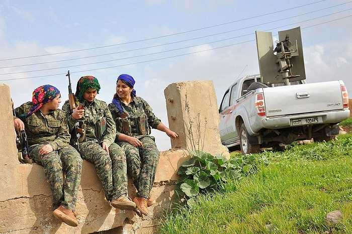 Các chiến binh nữ của YPJ trò chuyện trong giờ giải lao tại một trại huấn luyện ở al-Qahtaniyah, gần biên giới Syria-Thổ Nhĩ Kỳ