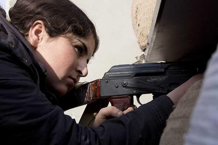 Một nữ chiến binh người Kurd luyện tập bắn súng