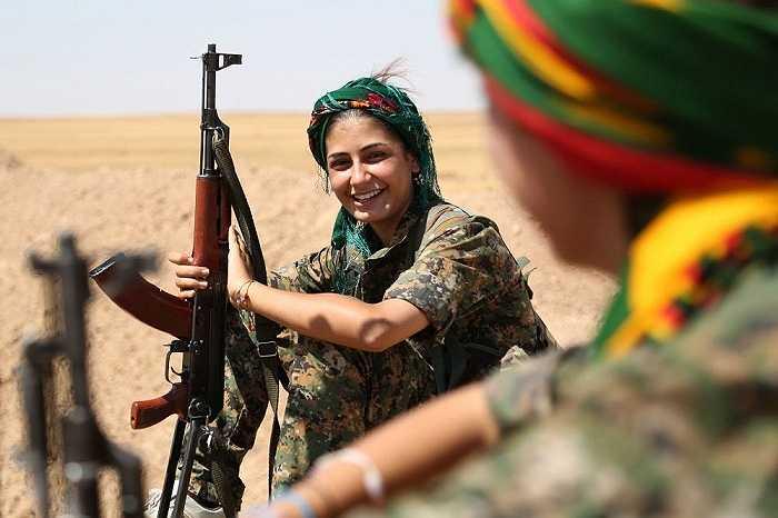 Nữ binh sĩ thuộc Đơn vị Bảo vệ Nhân dân (YPG) nghỉ ngơi trên con đường phía trước thành phố Hasakeh, Đông Bắc Syria