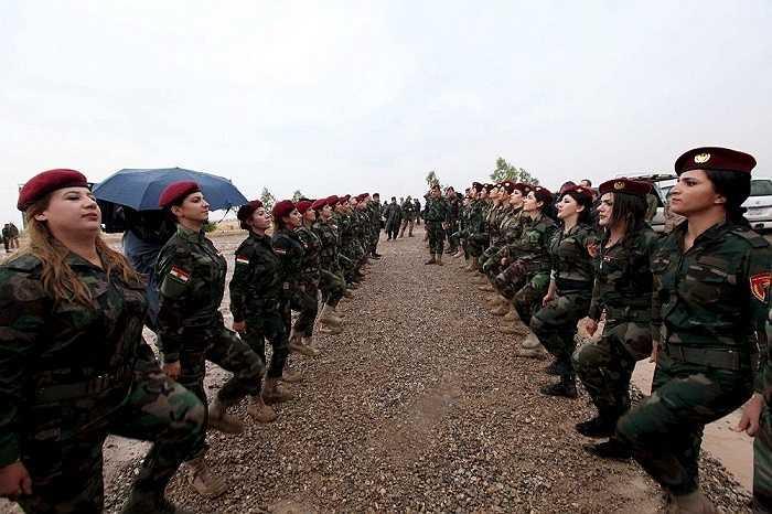 Nữ chiến binh người Kurd tham gia vào một khóa huấn luyện chống phiến quân IS tại một khu trại quân đội ở Banslawa, Arbil, miền Bắc thủ đô Baghdad, Iraq