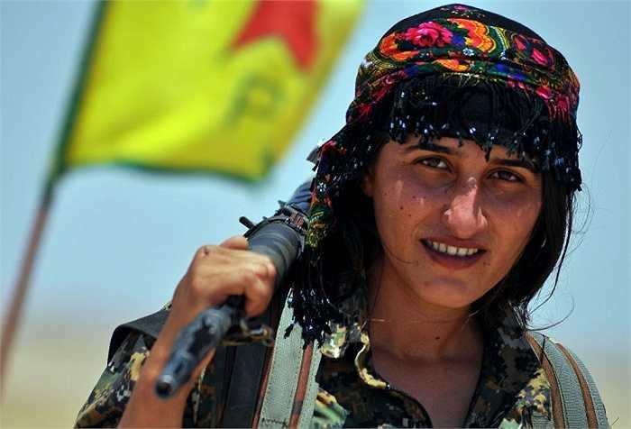 Nữ Đơn vị Bảo vệ Nhân dân (YPG)  cầm súng chiến đấu ở thị trấn Ain Issi, Syria