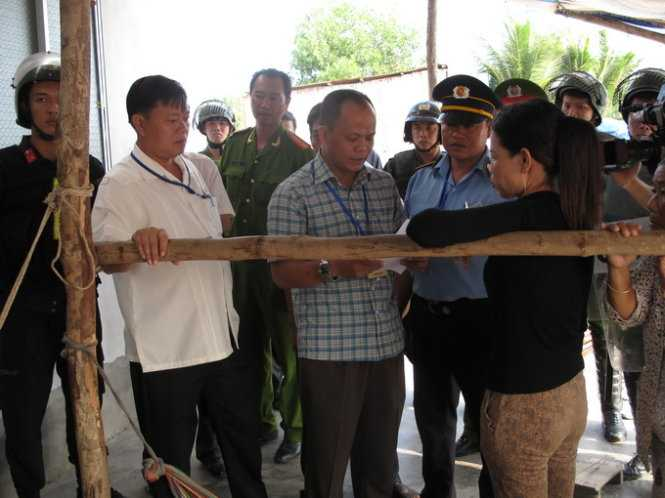 Lãnh đạo huyện Phú Quốc tiếp cận và thuyết phục cha bà Hồng khuyên con gái chấp hành quyết định cưỡng chế - Ảnh: Duy Khánh