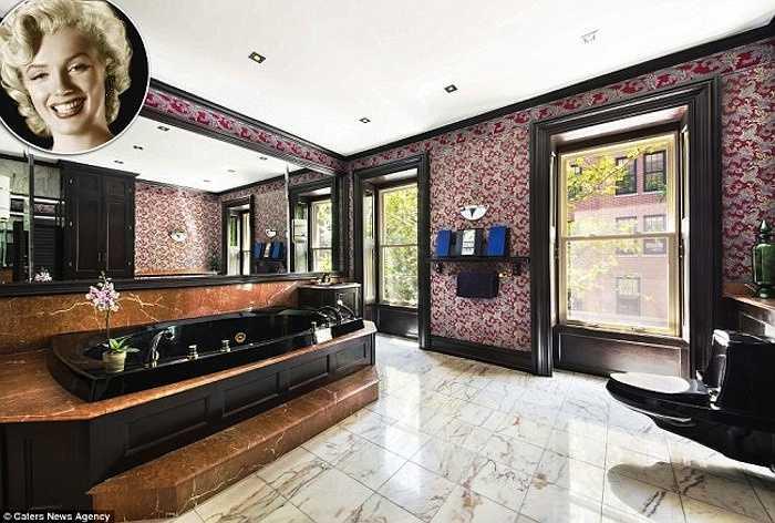 Phòng tắm của Marilyn trong căn hộ nhà vườn ởNew Yorkấn tượng vớibồntắm lớn bằngcẩm thạch màuđen. Viền cửa, bồn rửa, sàn nhà, thang vào bồn tắm vàcác vật dụng khác cũng đều làm từ đá cẩm thạch. Tường phòng tắm được trang trí hoa văn tỉ mỉ, mang phong cách hoàng gia.